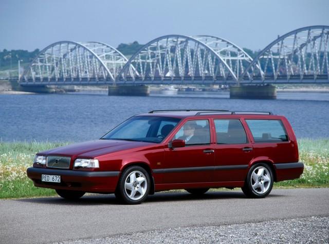 Volvo 850   Volvo 850 to samochód, który pokazał nowe oblicze Volvo. Samochód powstał w ramach programu Galaxy, który zakładał całkowitą modernizację całej oferty Volvo i sięgnięcie motoryzacyjnych gwiazd. To właśnie tym aucie zastosowano 5-cylindrowy silnik, który napędzał przednie koła. Seria 850 odnosiła ogromne sukcesy na torach wyścigowych, również w wersji kombi, była również pierwszym modelem z napędem na cztery koła.  Fot. Volvo