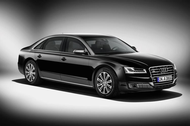Audi A8 L Security   Wzmocnione i opancerzone auto waży blisko 3 tony. Za jego napęd może odpowiadać 4-litrowy silnik V8 TFSI o mocy 435 KM i 600 Nm lub wolnossącą jednostką W12 FSI oferująca 500 KM i 625 Nm. Napęd trafia na cztery koła, a maksymalna prędkość została ograniczona do 210 km/h.  Fot. Audi