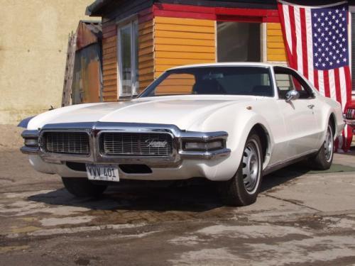 Oldsmobile Toronado był pierwszym powojennym samochodem amerykańskim z przednim napędem. Produkcję r