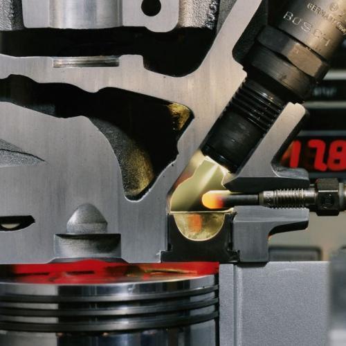 Fot. Bosch: Zadaniem świecy żarowej jest wstępne podgrzanie komory spalania, aby możliwy był samozapłon mieszanki.
