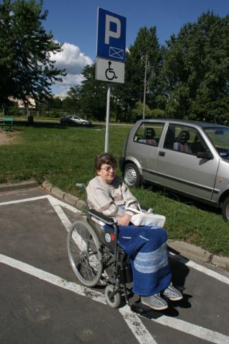 Fot. Robert Kwiatek: Za zaparkowanie nieupawnionego samochodu w miejscu dla inwalidów grozi założenie blokady i mandat od 20 do 500 zł.