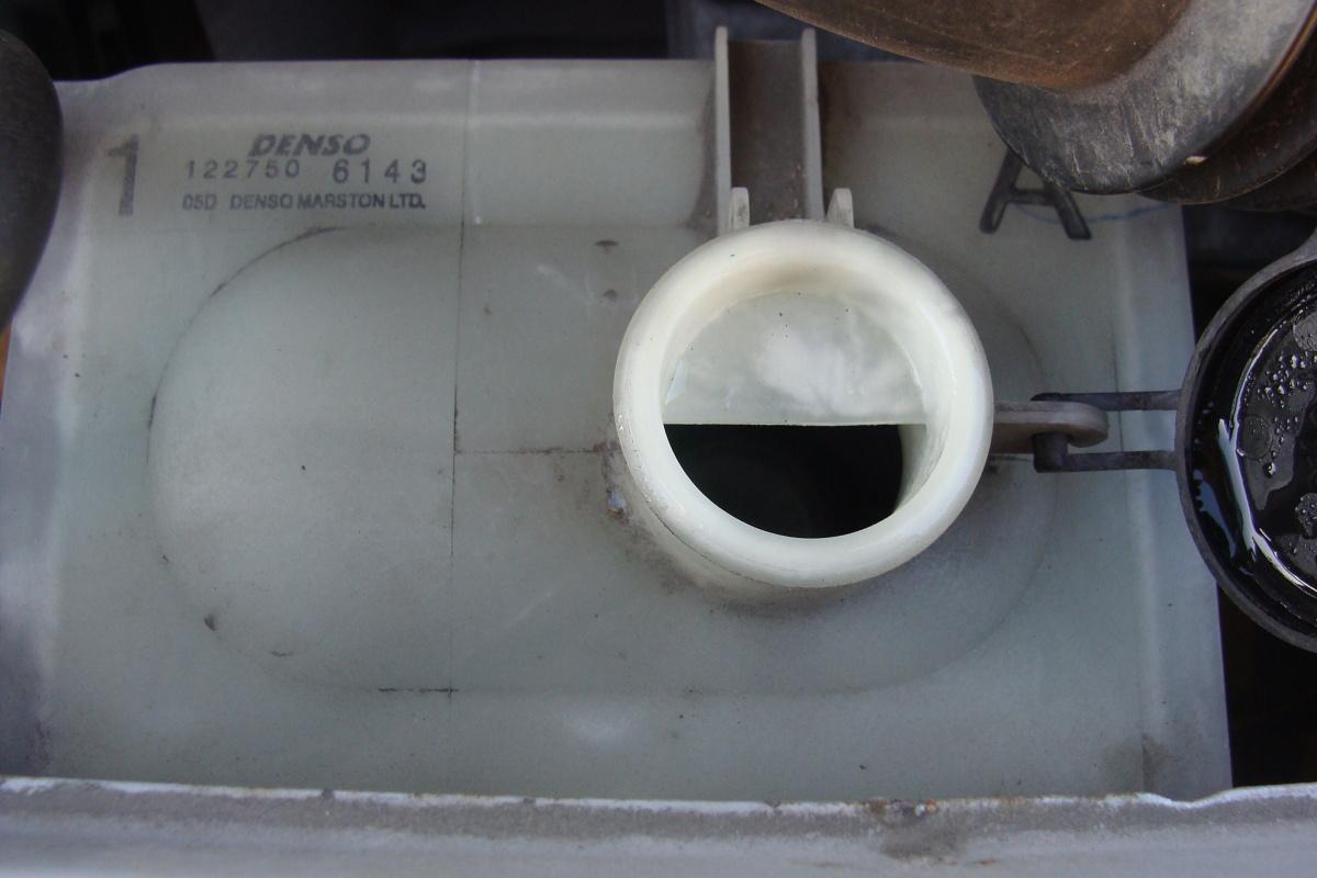 Jednorazowo na małą dolewkę w układzie chłodzenia zwykle wystarczy woda, przeważnie destylowana.