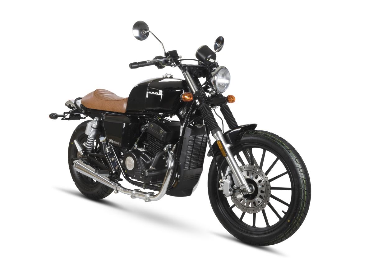 Junak M14  Nowy M14 to konstrukcyjny brat innych motocykli tej serii. Sercem Junaka jest dwucylindrowy, czterozaworowy, rzędowy silnik 125 o mocy nieco ponad 10 KM, który napędza również model M11 czy M16. To trwała jednostka chłodzona cieczą i posiadająca układ wtryskowy.  Fot. Junak
