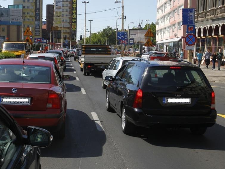 Korki w centrum Szczecina. Aleja Niepodległości zamknięta [film, zdjęcia]