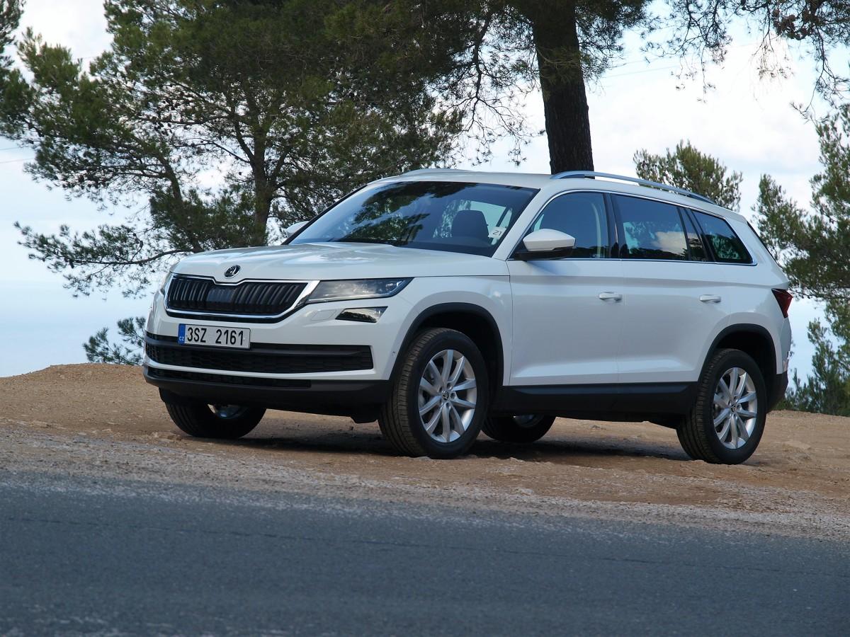 Skoda Kodiaq 2.0 TDI   Bazowy model z benzynowym silnikiem 1.4 TSI o mocy 125 KM i napędem przednich kół kosztuje tylko 89 900 zł. Ma pięć miejsc i bagażnik o objętości od 720 do przeszło 2000 litrów po złożeniu oparć tylnej kanapy i fotela pasażera. Odmiana 7-miejscowa wymaga dopłacenia 4100 zł dla wersji Active, a 3400 zł dla Ambition i Style. Najdroższy 190-konny diesel z 7-biegową, zautomatyzowaną skrzynią DSG i napędem 4x4 w bogatej wersji Style kosztuje 149 700 zł.  fot. Michał Kij