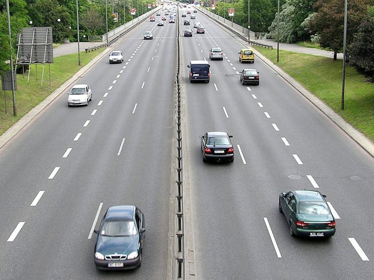 Sprawdź, z jaką średnią prędkością jeździ się po Polsce