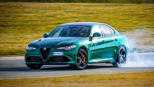 Alfa Romeo Giulia Quadrifoglio  Bez zmian pozostała jednostka napędowa. Giulia Quadrifoglio jest napędzana całkowicie aluminiowym, podwójnie turbodoładowanym silnikiem benzynowym V6 o pojemności 2,9 litra, który rozwija 503 KM i ma moment obrotowy wynoszący 600 Nm. Moc przekazywana jest na tylne koła za pośrednictwem ośmiobiegowej automatycznej skrzyni biegów.  Fot. Alfa Romeo
