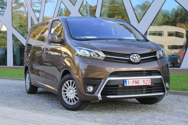 Toyota ProAce Verso.  Wszystkie zespoły napędowe wraz ze skrzyniami biegów, które montowane są w nowej Toyocie ProAce to konstrukcje koncernu PSA. Wszystkie silniki to 4-cylindrowe konstrukcje wysokoprężne, które spełniają emisję spalin Euro 6 i wyposażone są w technologię SCR. Według oficjalnych danych zbiornik płynu AdBlue o pojemności 22,4 litra starczyć powinien na przejechanie około 15 tysięcy kilometrów.  Fot. Karol Biela