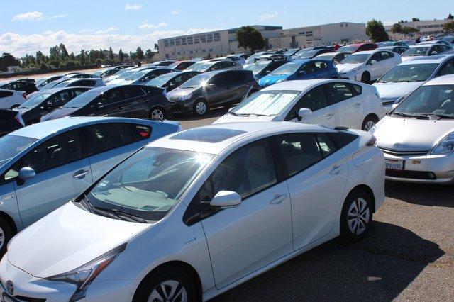 Toyota USA ustanowiła nowy Rekord Guinnessa w kategorii największej liczby samochodów biorących udział w paradzie hybryd. Na nieczynnym lotnisku wojskowym w Alamedzie w Kalifornii zebrało się w sobotę 332 właścicieli Priusów. W imprezie wzięło udział także kilka Priusów najnowszej, czwartej generacji / Fot. Toyota