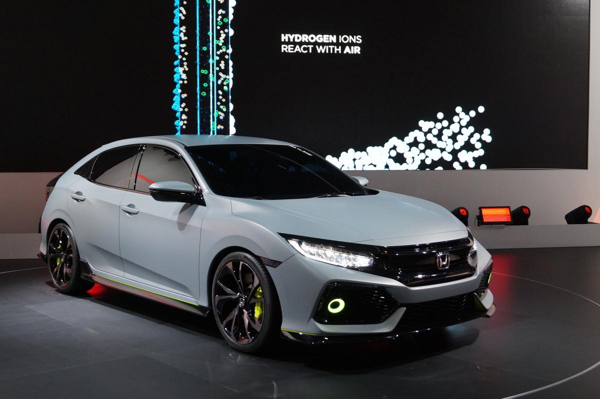 onda Civic Hatchback Prototype posiada ledowe reflektory oraz duże wloty powietrza o strukturze plastra miodu. Wzrok przyciągają także dwie końcówki układu wydechowego. Dostrzec możemy także dwie lotki / Fot. Tomasz Szmandra