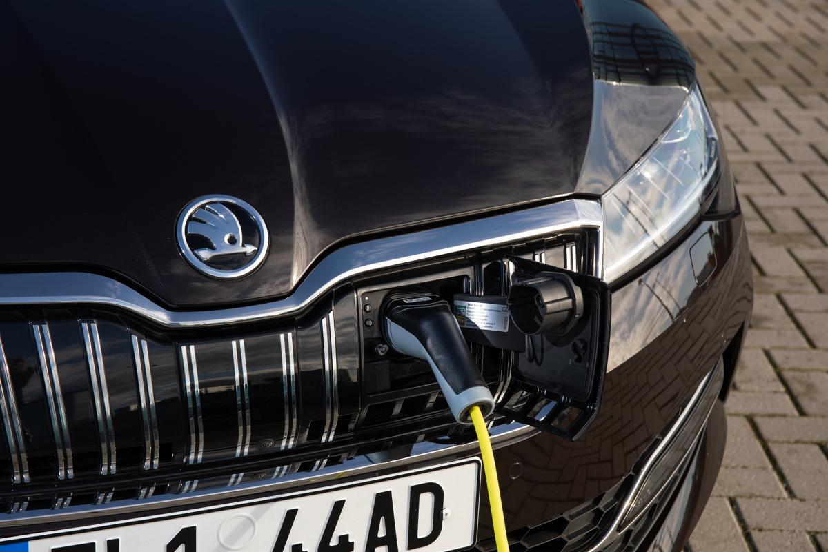 Skoda Superb iV   Do sprzedaży wszedł model Superb iV, pierwsze auto Skody z napędem hybrydowym. Zastosowano w nim układ typu plug-in, czyli baterie pojazdu można ładować z typowego elektrycznego gniazdka.  Fot. Skoda