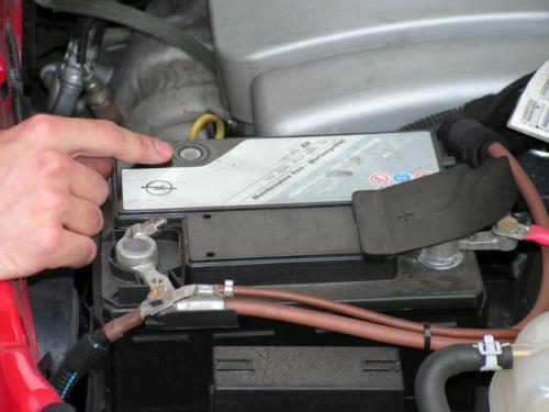 Fot. R. Polit: W akumulatorze bezobsługowym (na zdjęciu) stopień zużycia określa kolor wskaźnika - gdy jest czerwony, baterię trzeba wymienić.