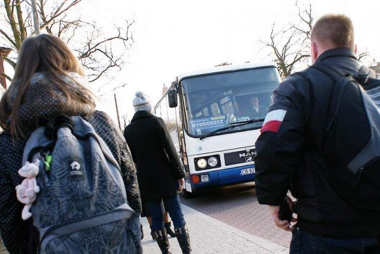 Gdy paliwo drożeje, mieszkańcy powiatu inowrocławskiego wybierają autobusy