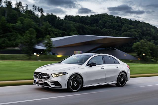 Ceny najnowszego przedstawiciela rodziny kompaktowych modeli Mercedes-Benz – Klasy A Limuzyna – zaczynają się od 126 200 zł za benzynowy wariant A 200 z silnikiem o mocy 163 KM i manualną przekładnią. Pierwsze auta pojawią się w polskich salonach na początku 2019 r.  Fot.: Mercedes