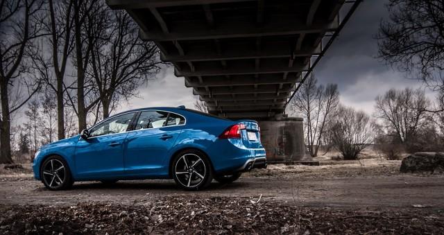 Na polski rynek trafi pożegnalna seria modelu S60 T6 AWD z trzylitrowym silnikiem benzynowym. Każde z aut tej limitowanej edycji będzie się wyróżniać jasnoniebieskim lakierem Rebel Blue oraz sportowym pakietem R-Design. Pod maską znalazł się silnik o mocy 304 KM, którą można podnieść za pomocą fabrycznego programu Polestar do 329 KM. Do Polski trafi 25 takich samochodów / Fot. Volvo