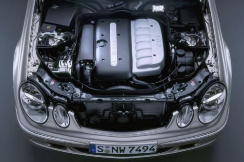 """Fot. DaimlerChrysler: Mercedes E 320 CDI wyposażony w """"Najlepszy silnik 2005 r."""" rozpędza się od 0 do 100 km/h w 7,7 s a jego prędkość maksymalna wynosi 240 km/h."""