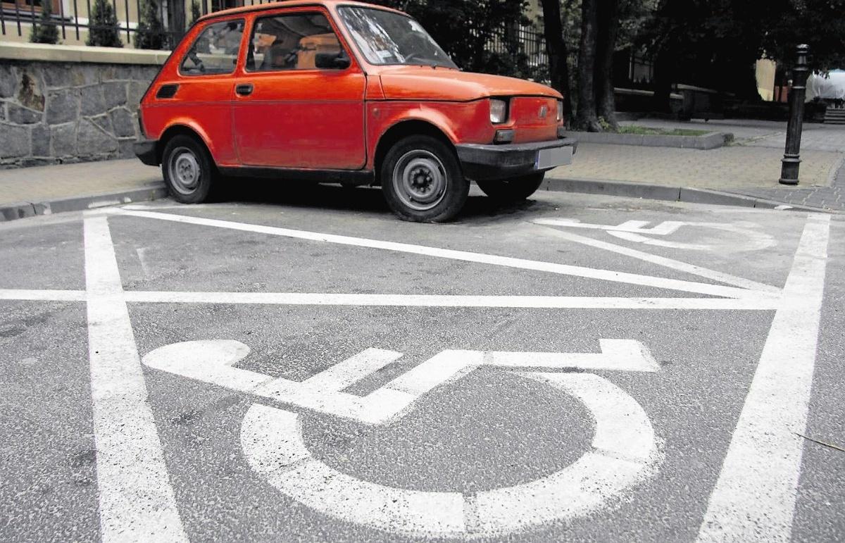 Interwencja wobec kierowcy, który bez wymaganych uprawnień zaparkował samochód na kopercie dla niepełnosprawnych zakończyło się zgoła inaczej niż zazwyczaj.  Fot. Głos Wielkopolski