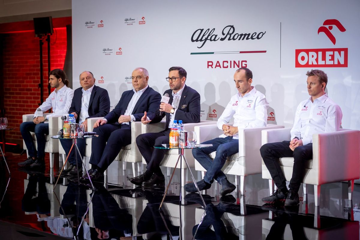 Robert Kubica, Kimi Räikkönen i Antonio Giovinazzi uczestniczyli w oficjalnej prezentacji zespołu Alfa Romeo Racing Orlen, która odbyła się w Warszawie. Pokazano także samochód w malowaniu na sezon 2020, a wśród gości w siedzibie spółki PKN Orlen pojawił się prezydent RP Andrzej Duda.  Fot. Orlen