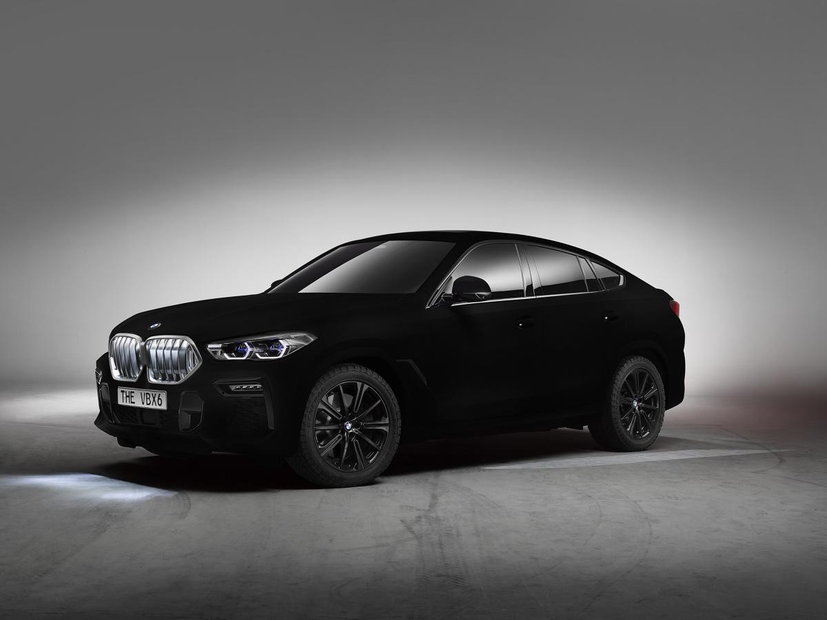 Już we wrześniu podczas targów motoryzacyjnych we Frankfurcie odbędzie się światowa premiera BMW X6 trzeciej generacji  – samochodu, który ponad dekadę temu dał początek segmentowi Sports Activity Coupé. Podczas targów BMW zaprezentuje także spektakularny, pojedynczy egzemplarz pokazowy BMW X6 pokryty powłoką Vantablack® VBx2 o specjalnej nanonstrukturze,   Fot. BMW