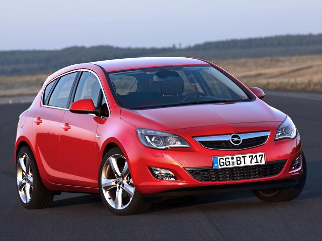 Opel Astra (2009 - 2012) hatchback  Astra czwartej generacji mocno odeszła wyglądem i techniką od swoich poprzedników. Na rynku wtórnym jest jednym z ciekawszych kompaktów.  Fot. Opel