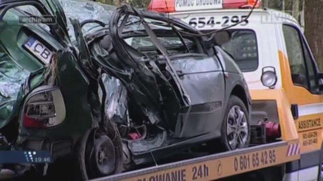 Renault Scenic, którym podróżowało dziewięć osób, zostało kompletnie zniszczone