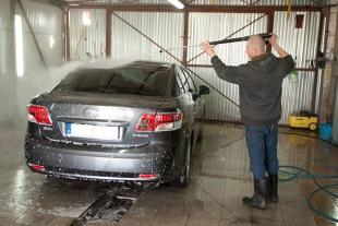 Mycie auta. Czy można dostać mandat za mycie samochodu na własnej posesji?
