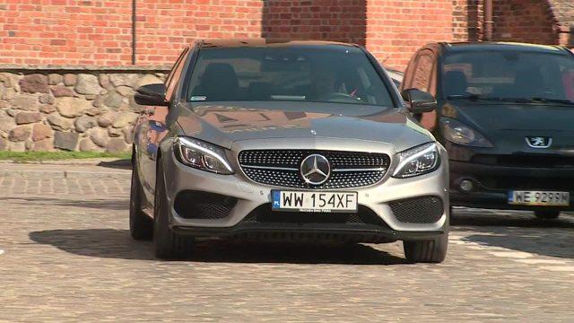 Mercedes C450 AMG  Sercem pojazdu jest 3-litrowy silnik benzynowy V6 z podwójnym doładowaniem. Jednostka generuje 367 KM. 100 km/h na liczniku zobaczymy po upływie 4,7 s, a co ciekawe napęd nie jest przekazywany na tylną oś, ale na cztery koła.    Fot. TVN Turbo / x-news