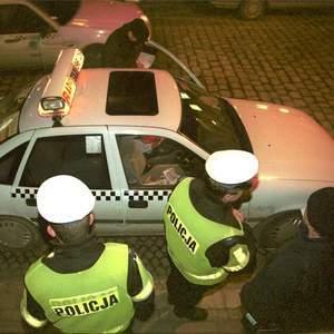 Fot. T. Rytych: Jeśli kontrolujący samochód policjant ma bystre oko, może znaleźć drobiazg, który kierowcę będzie sporo kosztował...
