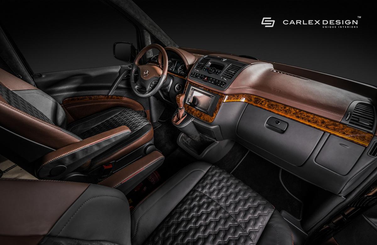 Mercedes-Benz Viano   W Mercedesie Viano od Carlex nie mogło zabraknąć również prestiżowo wykonanej przestrzeni szoferskiej, którą urozmaicają eleganckie elementy wykonane z drewna: dekoracyjne listwy deski rozdzielczej, listwy boków drzwiowych, a także gałka zmiany biegów  Fot. Carlex Design