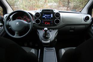 Peugeot Partner   Lepszemu silnikowi Partnera i jego osiągom Doblo przeciwstawia bogatsze wyposażenie i zdecydowanie niższą cenę. Od strony funkcjonalnej włoski i francuski kombivan są bardzo do siebie podobne.  Fot. Dariusz Dobosz