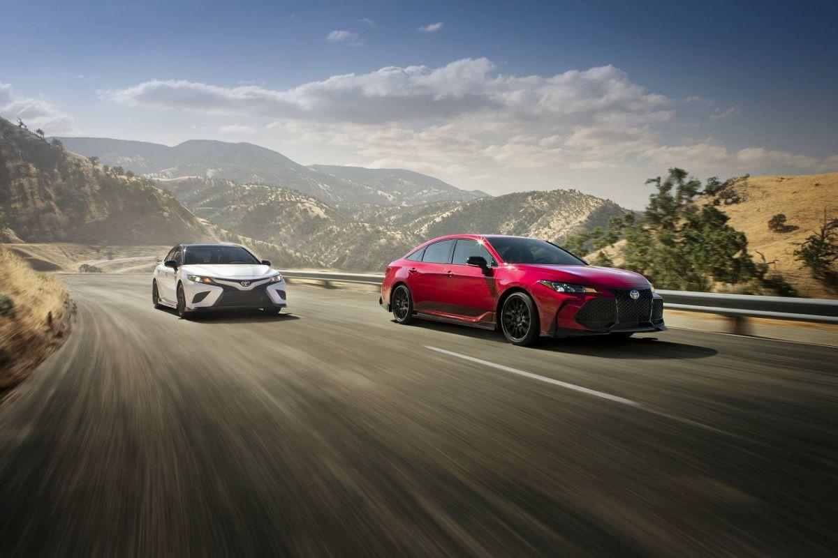 Toyota Racing Development, sportowe ramię amerykańskiej Toyoty, specjalizuje się w budowie wyścigówek i rasowych aut terenowych do rekreacji i na rajdy. Tym razem TRD wzięło na warsztat dwa stateczne sedany – Camry i Avalona.   Fot. TRD