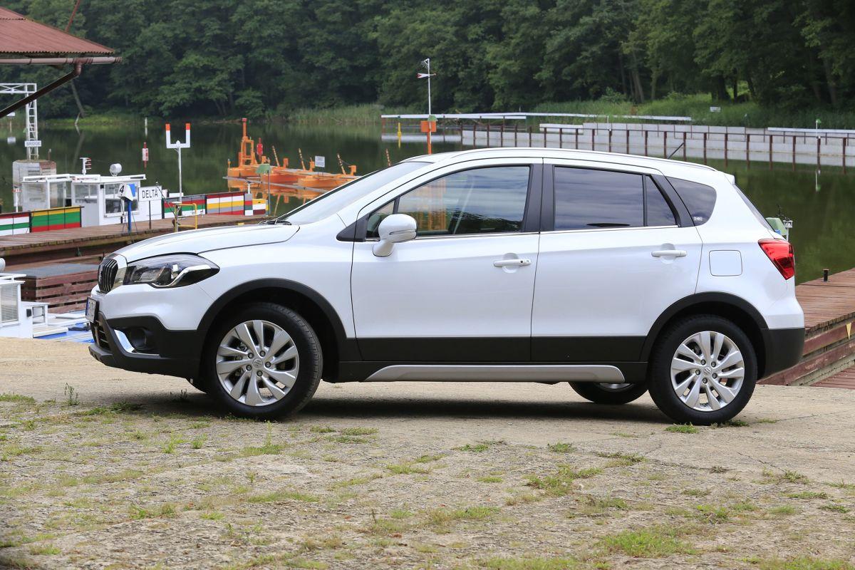 Suzuki SX4 S-Cross  Suzuki SX4 S-Cross z bazowym silnikiem 1.0 BoosterJet 2WD oraz ze standardowym pakietem Comfort wyceniono na 66 900 zł.   Fot. Karol Biela