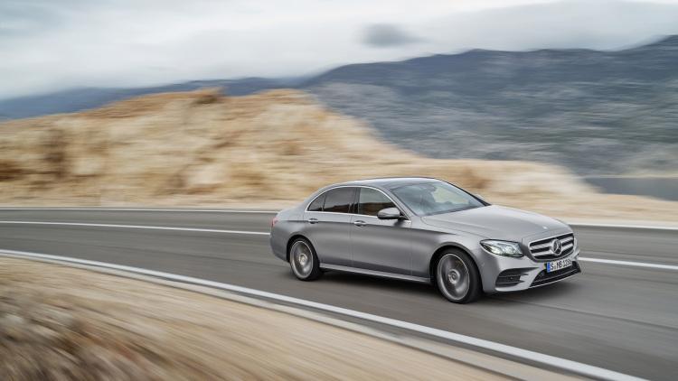 Długość auta wynosi 4923 mm, co oznacza, że samochód jest o 43 mm dłuższy. Rozstaw osi zwiększono natomiast o 65 mm do 2939 mm. Bazą do zbudowania nowej generacji była platforma MRA, którą wykorzystuje Mercedes Klasy C oraz Klasy S / Fot. Mercedes-Benz