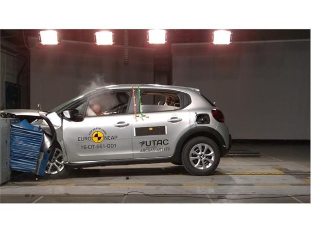 Citroen C3   W ofercie znajdą się trzy jednostki benzynowe PureTech o mocach 68, 82 i 110 KM i dwie jednostki wysokoprężne BlueHDI o mocach 75 i 100 KM. Na początek silniki będą konfigurowane z manualną skrzynią biegów.  Fot. Euro NCAP