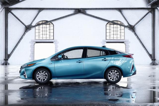 Toyota Prius Plug-in Hybrid   Prius Plug-in Hybrid drugiej generacji zadebiutuje w 2017 roku. Nowy model korzysta z tego samego napędu hybrydowego co standardowy Prius 4. generacji. Czas ładowania Priusa Plug-in Hybrid trwa do 2 godzin 20 minut.  Fot. Toyota