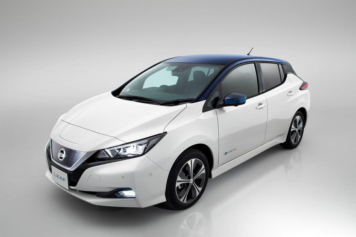 Nissan Leaf   Zasięg nowego Nissana Leafwydłużył się do 378 km (wg nowego europejskiego cyklu jazdy NEDC) na jednym ładowaniu. Dla tych, którzy chcieliby pokonywać jeszcze dłuższe trasy bez wizyty na stacji ładowania, Nissan wprowadzi do sprzedaży pod koniec przyszłego roku droższą wersję, o zwiększonej mocy i większej pojemności akumulatorów. Wersja ta będzie zapewniała jeszcze większy zasięg, odpowiadając na potrzeby jeszcze bardziej wymagających klientów.  Fot. Nissan