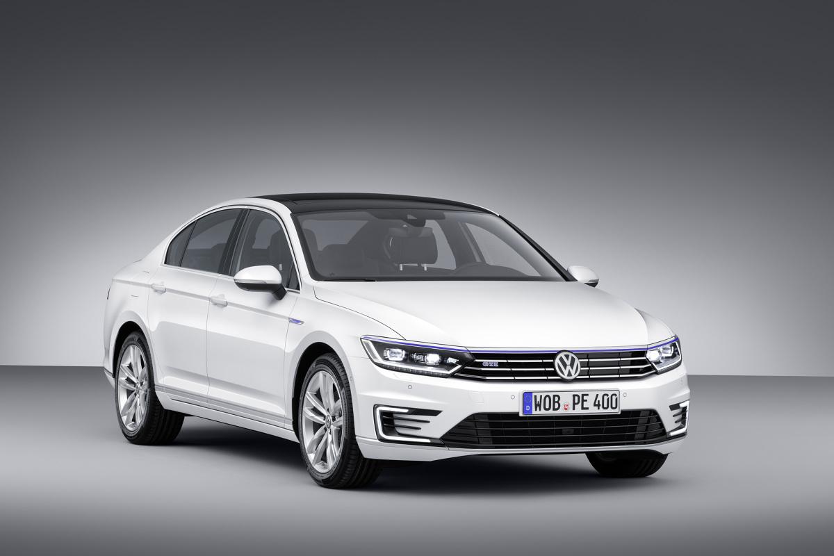 Volkswagen Passat GTE   Passat GTE wyposażany jest w 1,4-litrowy silnik TSI o mocy 115 kW/156 KM oraz w silnik elektryczny osiągający moc 85 kW/115 KM. Obydwie jednostki zapewniają łączną moc 160 kW/218 KM.   Fot. Volkswagen