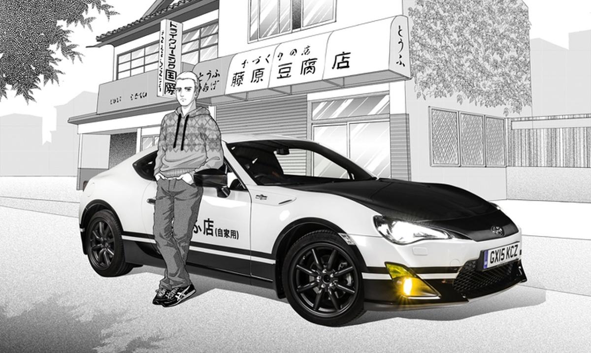 """Toyota GT86   Brytyjska Toyota wystylizowała najnowszy model GT86 na słynny Hachi-Roku z """"Initial D"""". Aby podkreślić popkulturowe korzenie projektu, Toyota poprosiła brytyjską rysowniczkę mangi, Sonię Leong, o stworzenie serii plakatów, przedstawiających zdjęcia prawdziwego GT86 w komiksowym otoczeniu.   Fot. Toyota"""