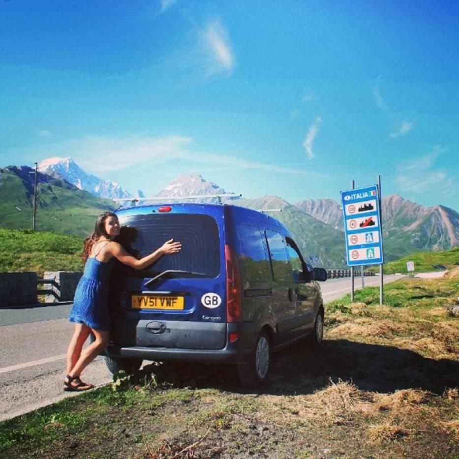 Marina Piro, choć nie miała nigdy zbyt wiele do czynienia z naprawianiem samochodów, w dwa miesiące przerobiła starego Renault Kangoo w funkcjonalny dom na kółkach.  Fot. Instagram pamthevan91