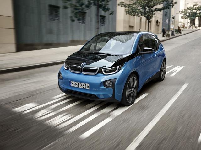 BMW i3   Baterie w odmienionym modelu mają pojemność 33 kWh. To o 11 kWh więcej jak w standardowej odmianie. Dzięki temu BMW i3 94 Ah może pokonać nie 190 km, ale 300 km.  Fot. BMW
