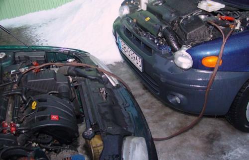 """Fot. Andrzej Bartoszak: Auta z katalizatorem nie należy uruchamiać długo """"kręcąc"""" wałem korbowym silnika, wtedy gdy nie przynosi to natychmiastowego efektu. Pod tym warunkiem, można uruchamiać silnik korzystając z """"pożyczki"""" prądu."""
