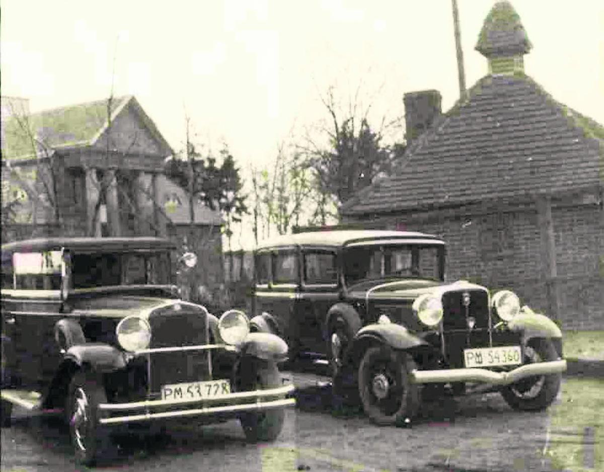 Studebaker President rocznik 1931 (z prawej) i Cadillac na terenie gazowni. W głębi po lewej niewykończona  jeszcze willa dyrektora Ignacego Wieleżyńskiego Fot: Ze zbiorów Jerzego Kabacińskiego