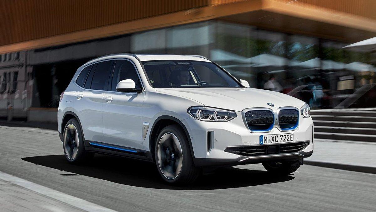 Po ponad dwóch latach od pokazania wersji koncepcyjnej do produkcji wchodzi elektryczny SUV BMW model iX3. Ma on stanowić bezpośrednią konkurencję dla Mercedesa EQC i Audi e-tron.   Fot. BMW