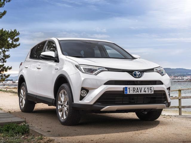 Toyota RAV4 Hybrid   Wariant hybrydowy to silnik benzynowy o pojemności 2.5 litra, który został połączony z motorem elektrycznym. Motor spalinowy dostarcza 155 KM i 206 Nm, jednostka elektryczna 143 KM i 270 Nm, natomiast łączna moc systemowa to 197 KM.  Fot. Toyota