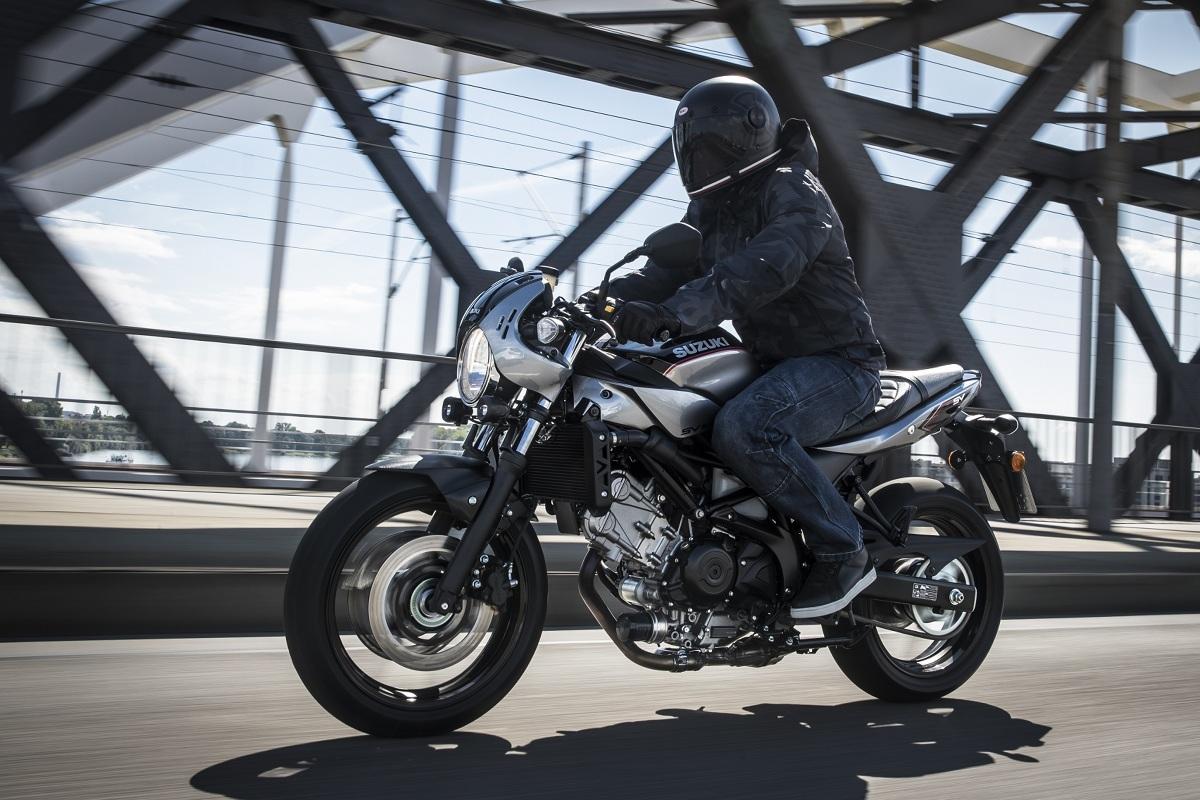 """SUZUKI w roku 2018 poszerzyło gamę oferowanych jednośladów o model SV 650 X. Trudno jednak nazwać go wielką nowością. W rzeczywistości jest to modyfikacja lub ewolucja dobrze znanej SV-ki, tym razem jednak zaprezentowana w coraz bardziej ostatnio popularnej stylizacji """"cafe racer"""".   Fot. Suzuki"""