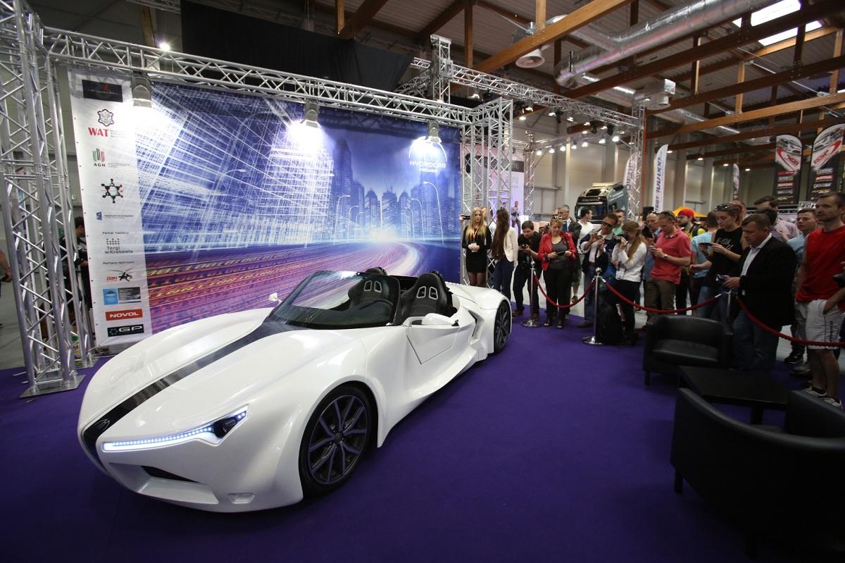 Wodór jako paliwo, autorski design, nadwozie kompozytowe, niezależny napęd na 4 koła o łącznej mocy 270 KM, sterowanie jazdą samochodu przez telefon komórkowy, autonomiczne systemy wspomagania jazdy. To główne cechy auta zaprojektowanego przez inżynierów z firmy RIOT Technologies (wywodzącej się z AGH w Krakowie) / Fot, materiały prasowe