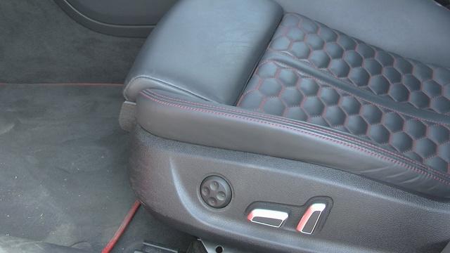Audi RS6  Standardowe wyposażenie obejmuje m.in. przednie i tylne światła LED-owe, system zmywania reflektorów, czy czujniki deszczu. Za dopłatą 8670 zł auto otrzyma szklany dach panoramiczny. Karoserię w kilku miejscach przyozdobiono emblematami z nazwą modelu.  Fot. Kacper Rogacin