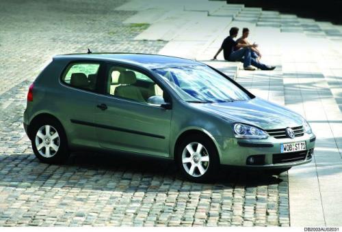Fot. Volkswagen: Coraz nowsze generacje samochodów nie zużywają mniej paliwa od poprzednich. To co zaoszczędzimy przez nowoczesną konstrukcję silnika, jest marnowane przez zwiększenie masy pojazdu. VW Golf V jest o 300 kg cięższy od swojego poprzednika II