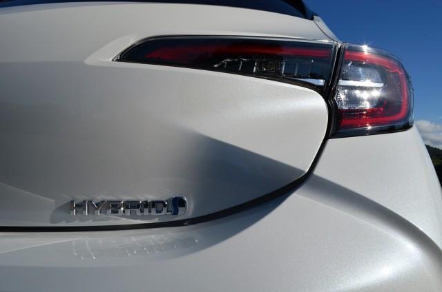 Toyota Corolla   Każda z wersji nowej Corolli ma własny charakter nie tylko dzięki stylizacji, ale również układowi napędowemu. Hatchback i kombi dają do wyboru silnik benzynowy 1,2 Turbo o mocy 116 KM oraz oba wspomniane warianty hybrydowe. Z kolei sedan ma wolnossący silnik benzynowy 1,6 l o mocy 132 KM lub hybrydę z silnikiem 1,8 l. Prestiż nie lubi pośpiechu.  Fot. Michał Kij
