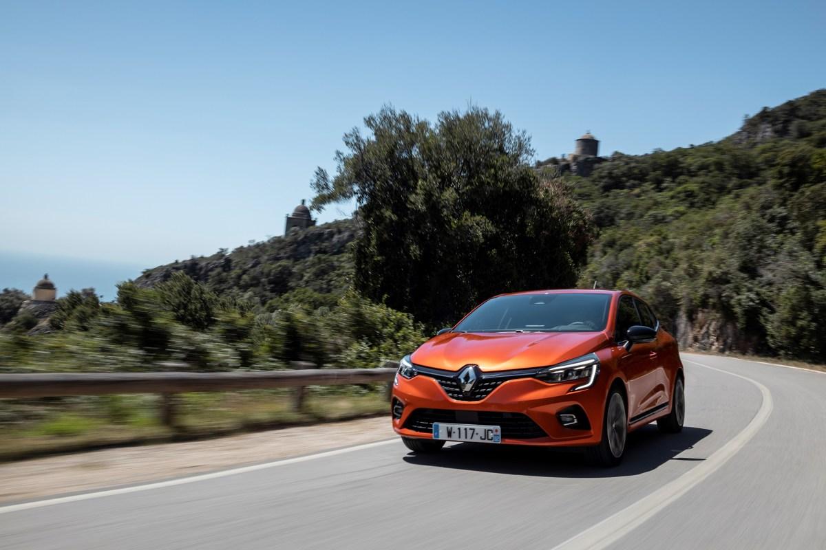 Renault Clio   Piąta generacja powstała na zmodyfikowanej platformie CMF-B, którą dzieli z Nissanem Micra. Pojazd jest o  1,4 cm krótszy od poprzednika. Bagażnik może pomieścić teraz 391 l (o 26 l więcej).  Fot. Renault
